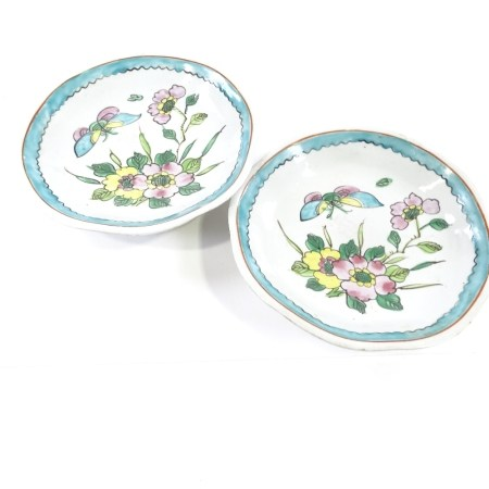 A pair of Chinese porcelain plates decorated with butterflies and flowers, diameter 20cm