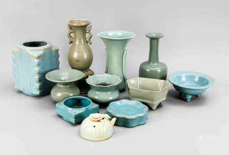 Large mixed lot of ceramics with celadon glaze, China, 20th century. Consisting of a vase