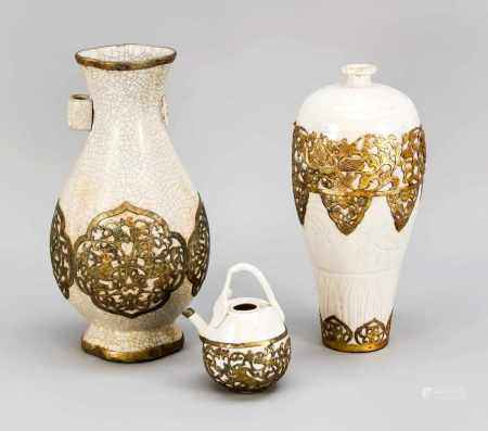 3 parts of ceramics based on classic styles, China, 20th century. 1 x lobed vase with