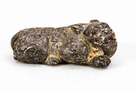 Lying Qilin, China, 19th Century, Amber. Minimally exist., Approx. 3 x 8 x 4 cm