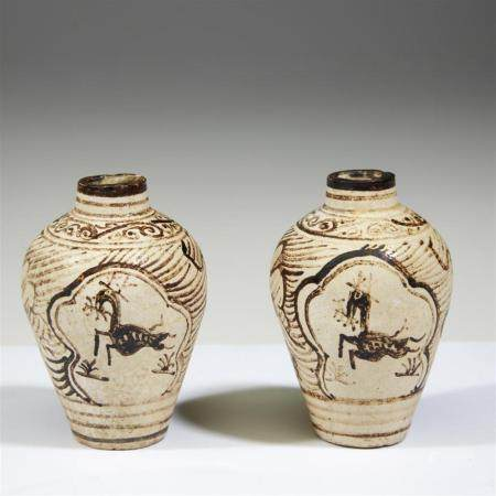 An associated pair of small Jizhou iron-brown decorated jarl