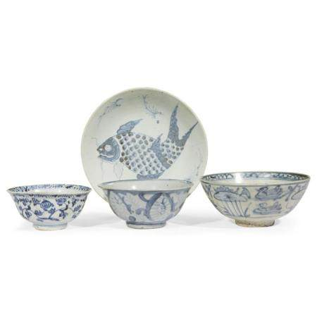 Four Chinese blue and white dishes and bowls, the bowls Ming