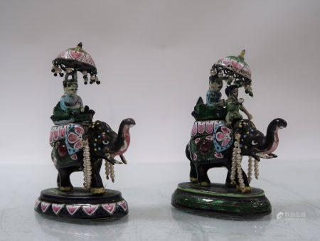 Paire d'éléphants, incrustés de rubis cabochon. Inde. Hauteur 8cm. Manques