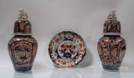 Lot de porcelaine d'Imari composé de deux vases couverts et d'une assiette polylobée. Japon, ve