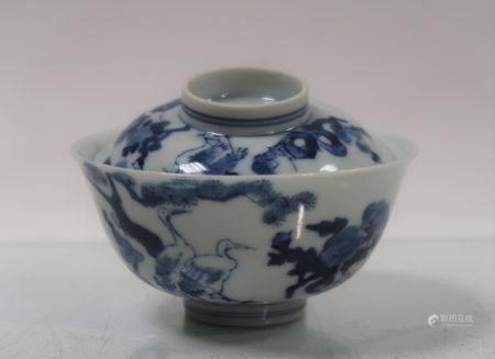 Sorbet couvert en porcelaine bleu / blanc à décor d'échassiers parmi des branchages. 6,15x11,5c