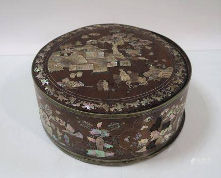 Boite en bois et marqueterie de nacre à décor de palais et cavaliers. Indochine, vers 1900. Hau