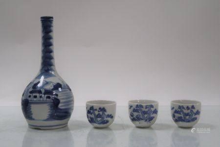 Bouteille en porcelaine bleu / blanc et trois sorbets. Hauteur de la bouteille 17,5cm, hauteur