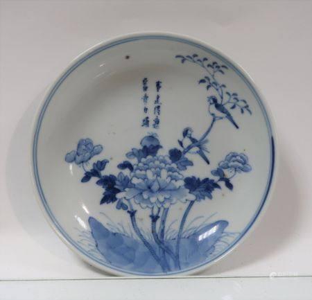 Coupelle en porcelaine bleu / blanc à décor d'un poème parmi des fleurs et des oiseaux. Chine,