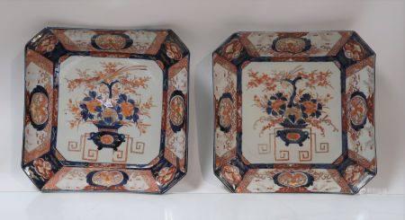 Paire de plats de forme quadrangulaire à pans coupés en porcelaine Imari à décor de vases fleur