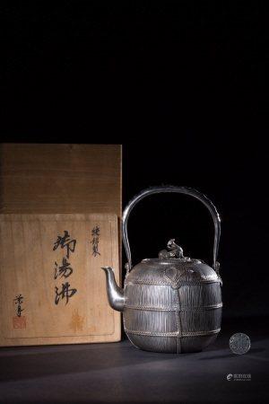 昭和时期 荣月高浮雕鼠钮提梁纯银壶 SHOWA PERIOD SILVER TEAPOT