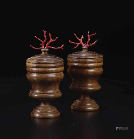 Coppia di vasetti torniti in legno di noce con coperchi e prese in corallo rosso,  - [...]