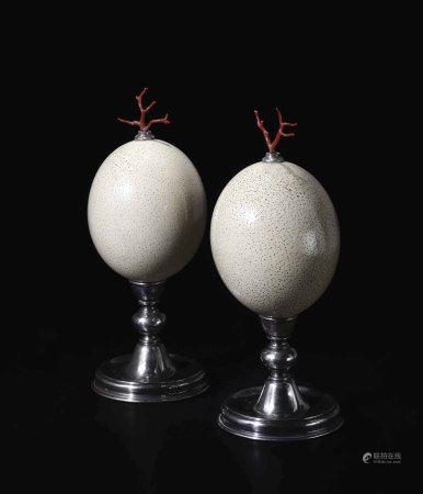 Coppia di uova di struzzo con rametti di corallo rosso e base in metallo,  - h cm 32 -