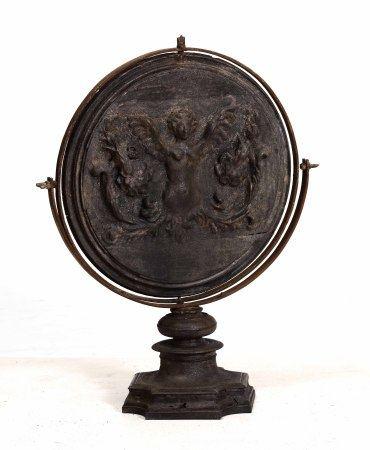 Specchio convesso basculante in legno intagliato con figura di donna alata,  - cm [...]