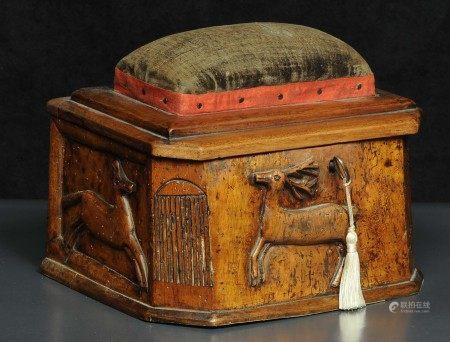 Scatola da lavoro in legno scolpito con figure di animale e coperchio con [...]