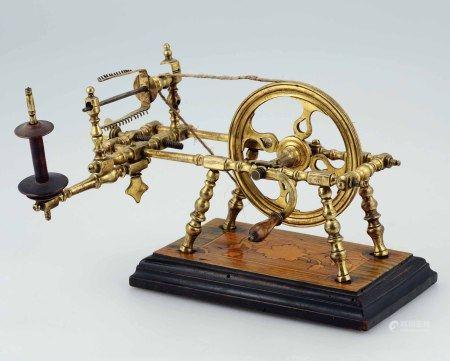 Piccolo filatoio da tavolo in bronzo fuso cesellato, base in legno ebanizzato e [...]