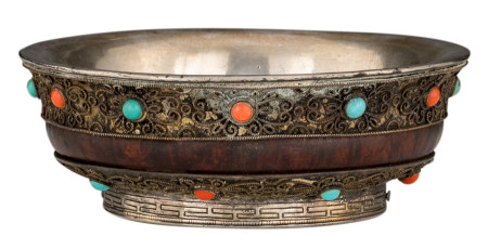 A Sino-Tibetan silver and wooden tsampa bowl, inlaid with coral and turquoise stones, the bottom rim with a frieze pattern, 18th/19thC, H 4,5 - ø 12,5 cm