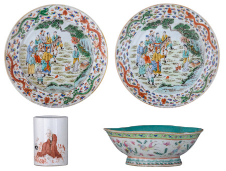 Two Chinese polychrome dishes, the centre decorated with figures, the rim with dragons; added a ditto famille rose footed plate, the rims lotus-shaped, with fish and flowers, with a seal mark, and a polychrome brushpot with a figure, the back with calligraphic texts, with a seal mark, H 8,5 - 11 - ø 22,5 - 24,5 cm