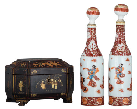 A Chinese lacquered and gilt decorated tea caddy; added two Japanese polychrome bottles and stoppers, marked, 19thC, H 13,5 - 30,2 - W 20 - D 14 cm