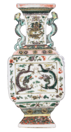A Chinese famille verte relief decorated rectangular vase, the roundels with dragons chasing the flaming pearl, with a six-character mark, 18th/19thC, H 20 cm