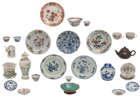 Various Chinese polychrome, Imari and blue and white dishes, cups and saucers, a ginger jar, a teapot, a baluster-shaped vase and cover and a jardiniere; added a Yixing teapot and cover, marked, H 3,5 - 26 - ø 11 - 23,5 cm