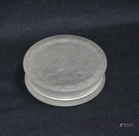 R. LALIQUE  - Boite ronde Marguerites  - Epreuve en verre blanc moulé pressé, [...]