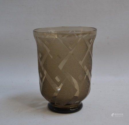 DAUM   - Vase en verre givré et fumé reposant sur un léger piédouche, signé [...]