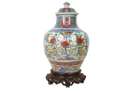 A CHINESE BLUE AND WHITE ENAMELLED VASE AND COVER.