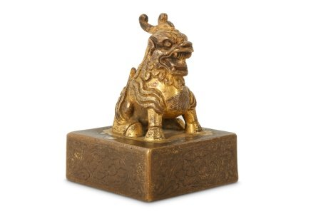 A CHINESE GILT-BRONZE SQUARE SEAL.