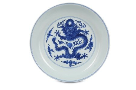 A CHINESE BLUE AND WHITE 'DRAGON' DISH.