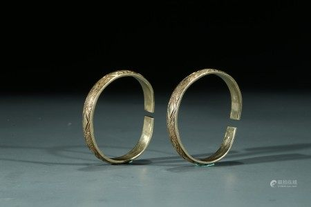 A PAIR OF CHINESE GILT SILVER BRACELETS