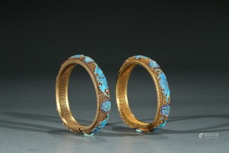 A PAIR OF CHINESE KINGFISHER FEATHER GILT SILVER WIRE BANGLES