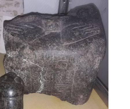 Buste acéphale avec inscriptions devant et sur le pilier dorsal. L 13 cm, H 11 cm  - [...]