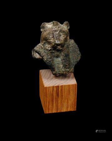 Buste d'égide de la Déesse Sekhmet.  - Manques divers.  - L 4 cm  - Basse Époque.  [...]