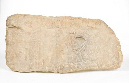 Relief. Scène de dévotion au Dieu Râ par le pharaon coiffé de la couronne rouge [...]