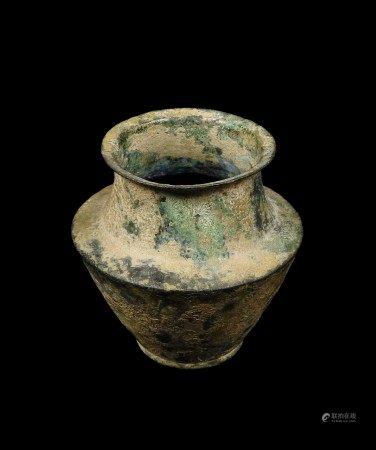 Vase en bronze. Époque Romaine. H 9 cm  - Provenance: Collection de M. C.  - Acquise [...]
