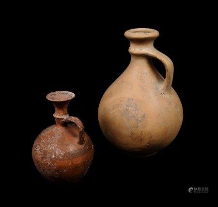 Deux poteries. Terre cuite. Pichet d'Époque Romaine et petit vase de méditerranée [...]