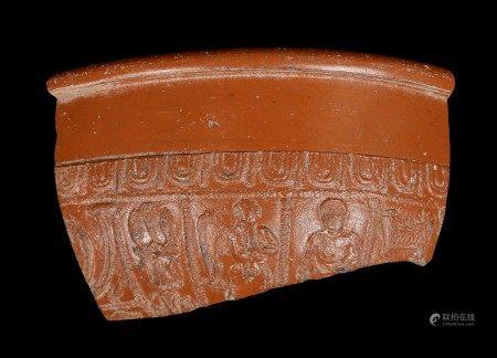 Quatre terres cuites dont coupelle, fragment de poterie sigillée romaines et deux [...]
