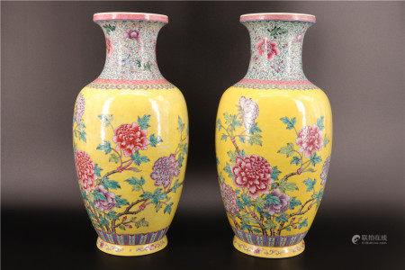 中国 - 黄色背景花卉纹饰对花瓶 20世纪