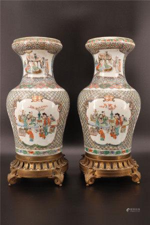 中国 - 青铜底座的人物纹饰石竹图对瓶 - 19世纪