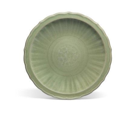 MING DYNASTY (1368-1644) 明 龙泉青釉花瓣式折沿盘