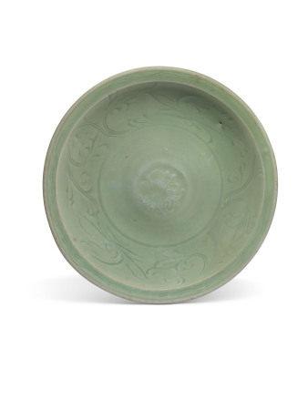 MING DYNASTY (1368-1644) 明 龙泉青釉刻花卉纹盘