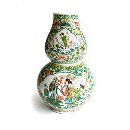 A CHINESE FAMILLE VERTE DOUBLE-GOURD VASE, REPUBLIC OF CHINA 1949 – The lower globular section