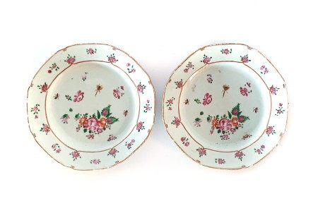 A PAIR OF CHINESE FAMILLE ROSE 'ROSE AND BUTTERFLY' PLATES, QING DYNSATY, QIANLONG 1735 – 1796
