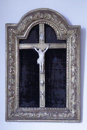CRUCIFIX XVIIIème siècle  - Ivoire sculpté avec mémento mori Croix et encadrement [...]