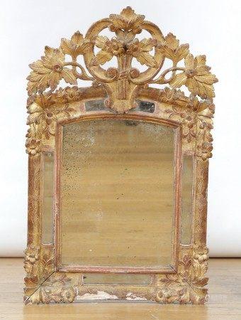 PETIT MIROIR à fronton et parecloses Fin du XVIIIème Siècle  - Bois gravé, [...]