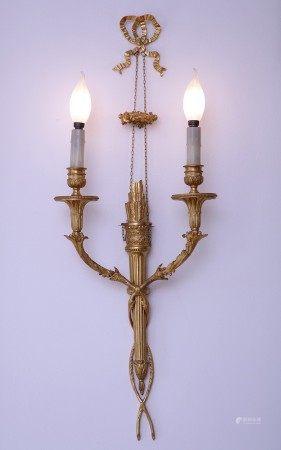 PAIRE D'APPLIQUES à deux lumières Style Louis XVI - Circa 1900 Bronze doré Décor [...]
