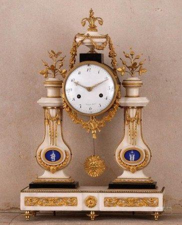 PENDULE PORTIQUE Epoque Louis XVI  - Marbre blanc, marbre noir, plaques de biscuit de [...]