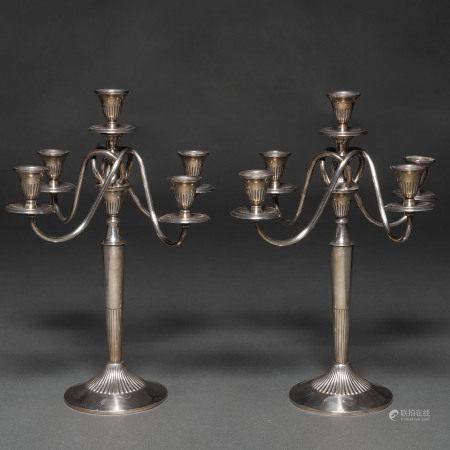 Elegante pareja de candelabros de cinco luces entrelazados en plata española punzonada. Ley, 925, Siglo XX