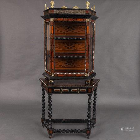 Mueble Vitrina con mesa en madera de nogal con incrustaciones de limoncillo y hueso. Siglo XIX