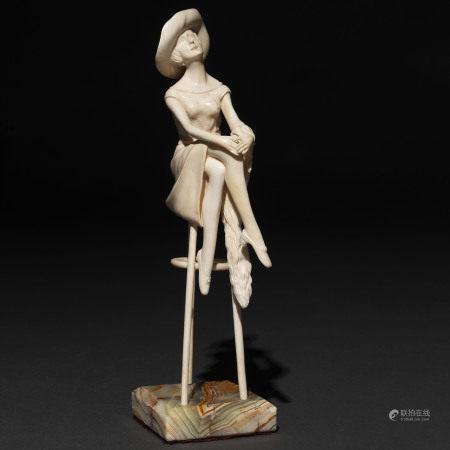 """"""" At the Bar"""" Figura de bulto redondo en marfil tallado. Siglo XX."""